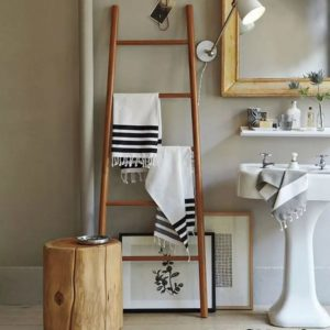 лестничное хранение в ванной комнате