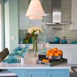 Модная кухня 2020 года Вы хотите знать, что такое модная кухня 2020 года и обновить свою кухню в соответствии с новыми веяниями? В этой статье мы рассмотрим самые красивые идеи для создания модной кухни в этом году. От цветов до вариантов хранения и планировки, узнайте все об этом чуть ниже! Некоторое время назад кухонные пространства были спрятаны в глубине дома. Они представляли собой места для приготовления еды и мытья посуды. В этом году кухни играют особую роль в доме. На сегодняшний день кухня является сердцем дома, пространство, которое объединяет всех членов семьи утром или после долгого рабочего дня. Современная кухня представлена во всей красе и теплоте в самом центре дома. Модная кухня этого года Кухни со временем сильно изменились, и очень важно правильно спланировать модернизацию кухни. Технологические достижения и изменение социальной динамики внесли большой вклад в то место, которое кухня сегодня занимает дома. Основное внимание уделяется домам открытой планировки, которые вращаются вокруг кухни. И как со всеми современными тенденциями, гладкие, простые стили — любимцы домовладельцев, и естественный свет становится важной частью кухонного декора и того, как работает пространство. Итак, вот новые тенденции кухни, которые по мнению дизайнеров интерьера будут очень популярны в 2020 году. Умная кухня Технологии вошли на кухню в полной мере, а не только в качестве современных гаджетов и приборов. На сегодняшний день у нас могут быть кухни с технологиями, интегрированными в каждую функцию — включение кранов, кухонных ламп, запуск бытовых приборов и т.д. Это называется умной кулинарией. Кухни развиваются в аспекте дизайна. В действительности, многие из них сегодня созданы для того, чтобы быть умными. Для более старых кухонь датчики, умные гаджеты и другие устройства могут быть добавлены позже для удобства тех, кто их использует. К кухонному крану очень легко добавить детекторы движения, которые автоматически включат воду, когда внизу появится рука. Кофемашин